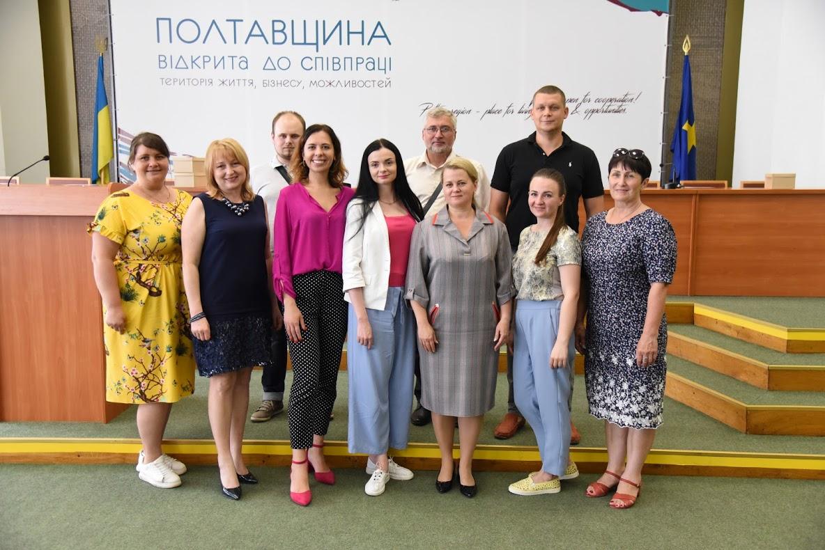 У Полтаві представникам п'ятьох громад вручили сертифікати за участь в обласних конкурсах